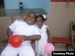 Diorkeblin Hernández Durruthy, de 7 años y su hermanita de 3 años de edad.