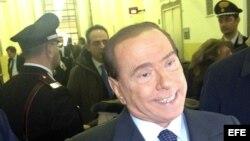 El ex primer ministro italiano Silvio Berlusconi atiende a la prensa en el Tribunal de Milán (Italia) tras comparecer en el el juicio de apelación por el caso Mediaset en el que está acusado de fraude fiscal.