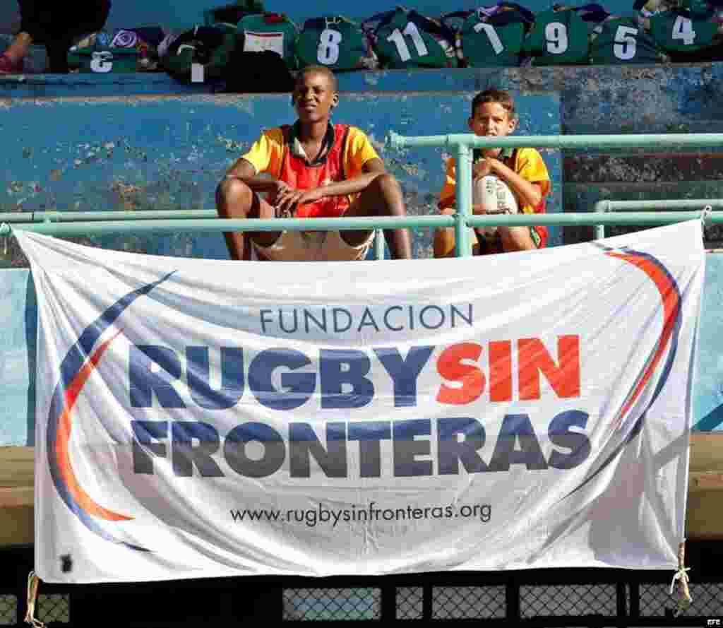 Dos niños observan a los equipos de Cuba y Estados Unidos durante un juego amistoso de rugby, el domingo, 15 de enero de 2017, en La Habana, Cuba, en el marco del proceso de normalización de relaciones que mantiene Washington con La Habana desde finales de 2014.