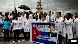 """Decenas de médicos cubanos protestan hoy, sábado 22 de agosto de 2015, en la Plaza de Banderas al sur de Bogotá (Colombia). Alrededor de medio centenar de cubanos que desertaron de las misiones médicas de Venezuela se concentraron para denunciar """"el limb"""