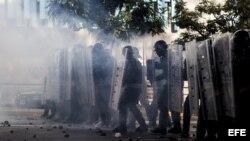Miembros de la Policía Nacional Bolivariana (PNB) enfrentan a manifestantes en la Plaza Altamira
