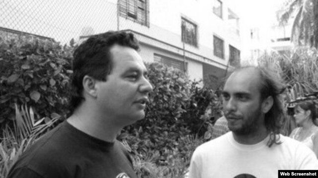 El escritor y bloguero Ángel Santiesteban, izquierda, junto al músico Ciro Díaz