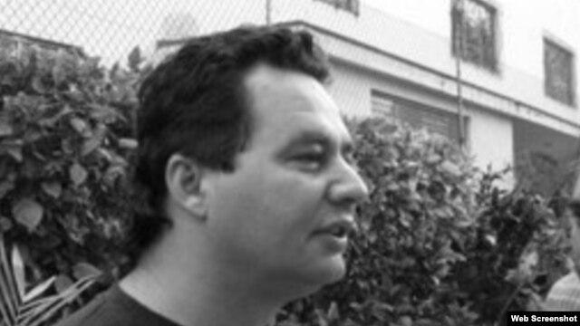 El escritor y blogger Angel Santiesteban.