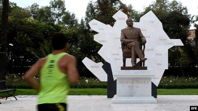 Un hombre hace deporte frente a la escultura del expresidente de Azerbaiyan Heydar Aliyev en el Paseo de la Reforma de Ciudad de México.