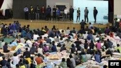 Familiares de víctimas del ferry en el gimnasio Jindo