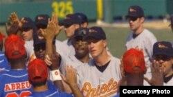 En marzo de 1999 Los Orioles de Baltimore vencieron 3-2 en La Habana a una selección cubana que luego los derrotó 12-6 en su parque.