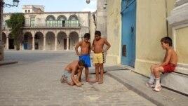 Niños cubanos juegan a las bolas en las calles de La Habana Vieja, en Cuba.