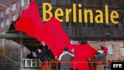 Unos operarios trabajan en la fachada del recinto donde se celebrará la 63 edición del festival de cine de la Berlinale, en Berlín, Alemania del 7 al 17 de febrero.