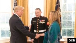 El presidente Donald Trump recibe a sus invitados al discurso sobre el Estado de la Unión