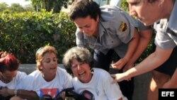Fotografía de archivo que muestra el momento en que eran arrestadas varias Damas de Blanco.