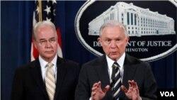 El secretario de Justicia, Jeff Sessions, junto al secretario de Salud, Tom Price.
