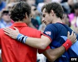 El tenista británico Andy Murray (d) saluda al suizo Roger Federer (i).