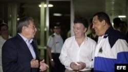 El presidente de Colombia, Juan Manuel Santos (centro), viajó a Cuba para reunirse con Raúl Castro y con Hugo Chávez.