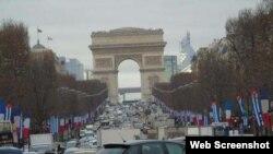 Banderas de Cuba y Francia ondean a lo largo de la Avenida de los Campos Elíseos en París