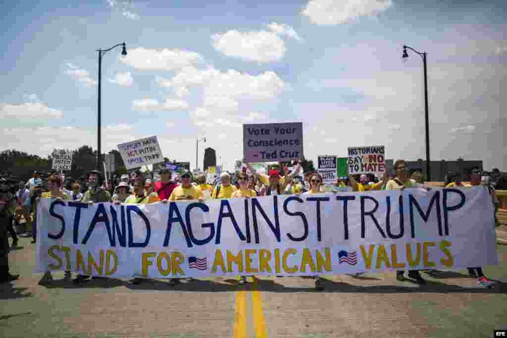 Varios manifestantes se agrupan bajo el lema 'Stand Against Trump' para protestar contra el candidato republicano a la presidencia estadounidense.