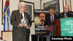 Enrique Ros (izq) durante la presentación de su libro sobre Vicente García.