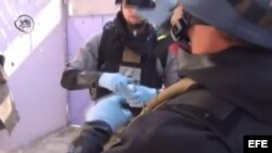 Fotografía que muestra a inspectores de la ONU recogiendo pruebas del lugar donde se produjo el ataque con armas químicas en Damasco, Siria