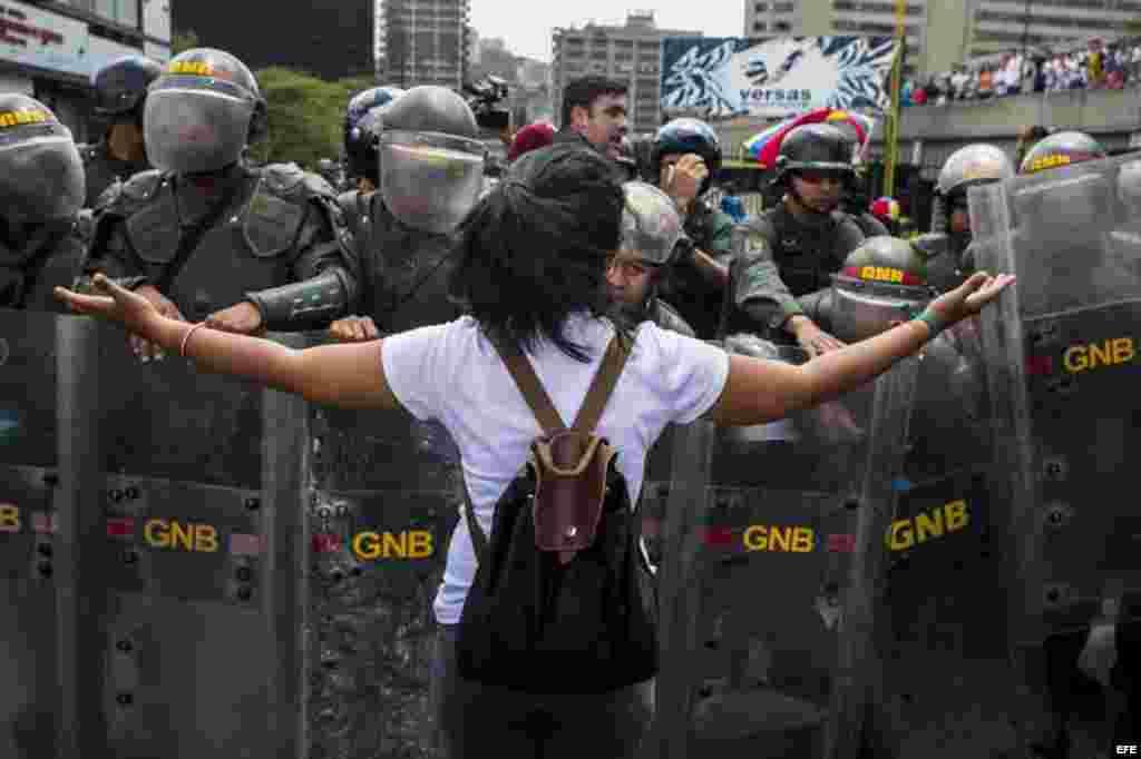 Un grupo de personas protesta contra el Gobierno de Nicolás Maduro hoy, martes 4 de marzo de 2014, en Caracas