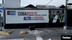 Cartel colocado en la Lima por exiliados cubanos aboga por respeto a derechos humanos en la isla.