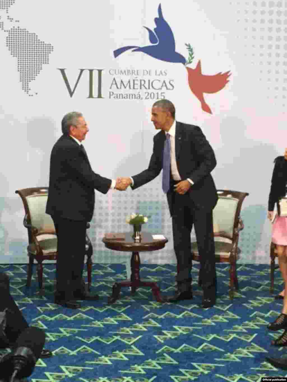 Encuentro de Raúl Castro y Barack Obama en Panamá.