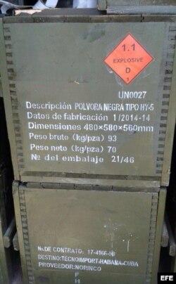 """Durante el registro, las autoridades """"encontraron alrededor de 100 toneladas de pólvora, unos 2.6 millones de fulminantes, 99 núcleos de proyectil y alrededor de 3.000 casquillos de referencia para la construcción de cañones de artillería""""."""