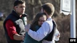 Estudiantes de la escuela de Newtown se consuelan tras la masacre