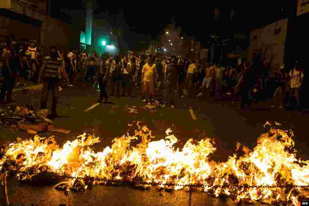 CAR409 CARACAS (VENEZUELA), 15/04/2013.- Opositores manifiestan hoy, lunes 15 de abril de 2013, su rechazo a la proclamación de Nicolás Maduro como ganador de las elecciones presidenciales del domingo y presidente electo con manifestaciones y un cacerolaz