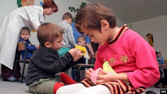 Varios niños juegan en un hospital especial para niños con el virus del SIDA, en la ciudad ucraniana de Donetsk.