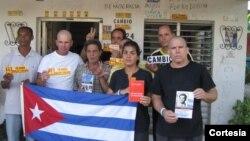 Sara Martha Fonseca junto a opositores en su casa en La Habana