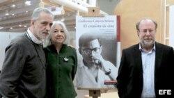 """De izquierda a derecha, el cineasta Fernando Trueba; la viuda del escritor cubano Guillermo Cabrera Infante, Miriam Gómez, y el editor Toni Muné durante la presentación en Madrid de """"El cronista de cine""""."""
