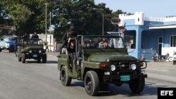 Soldados de las Tropas Especiales cubanas patrullan este 24 de marzo de 2012, los alrededores del altar preparado para la misa que oficiará el papa Benedicto XVI