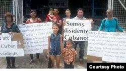 Disidentes cubanos varados en Trinidad y Tobago portestan frente a la sede de ACNUR (Archivo).
