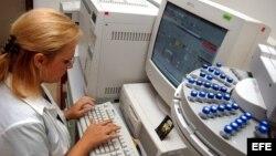 Una investigadora del departamento de Cromatografía Gaseosa del Laboratorio Antidoping cubano. Foto Archivo.