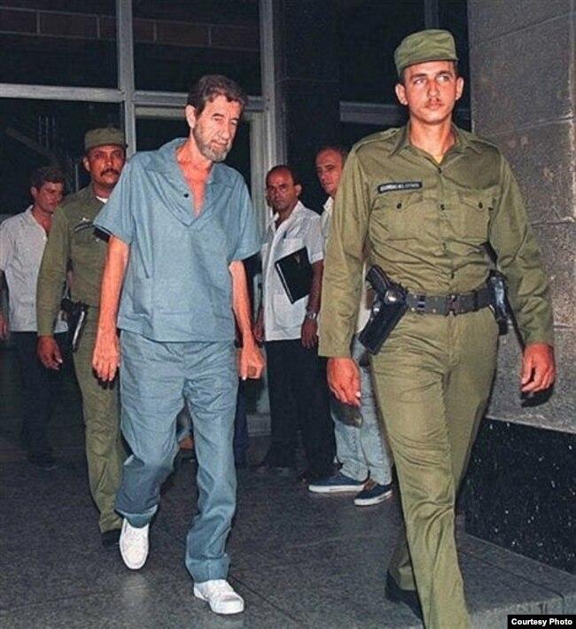 Un venido a menos Robert Vesco es conducido durante su juicio en Cuba por actividad económica ilícita.