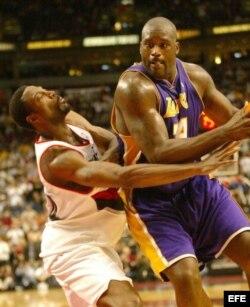 O'Neal (d) cuando jugaba con los Lakers de Los Ángeles.