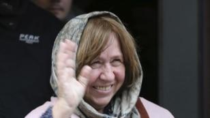 La escritora y periodista bielorrusa Svetlana Alexievich tras la rueda de prensa en Minsk (Bielorrusia) hoy, 8 de octubre de 2015. La escritora ha ganado hoy el Premio Nobel de Literatura, según anunció la Academia Sueca hoy en Estocolmo.