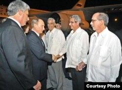 El vicepresidente de Cuba, Miguel Díaz-Canel, presenta funcionarios al presidente de Rusia, Vladimir Putin.