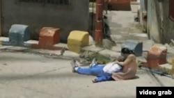El video muestra a una madre desesperada porque le acaban de asesinar a su joven hijo frente a la casa.