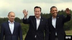 El presidente estadounidense, Barack Obama (d), posa junto al primer ministro británico, David Cameron (c) y el presidente de Rusia, Vladímir Putin (i), en el marco de la Cumbre del G8 que se celebra en Lough Erne en Irlanda del Norte (Reino Unido).