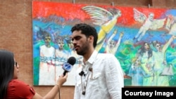 El Sexto entrevistado ante su mural en Guatemala.