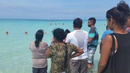 Familiares de Elvin Nicholas Anton esperan a que llegue atención médica después que éste sufriera un infarto en Varadero, Cuba.