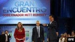 """Mitt Romney (d), durante una entrevista con los presentadores Jorge Ramos (c) y Maria Elena Salinas (i), en el programa de Univisión """"Meet the Candidates"""", Florida"""