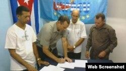 José Daniel Ferrer (centro) firma documento de alianza. Ovidio Martín,(UNPACU, der.), Ramón Salazar (PAP, izq.)