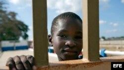 Un niño observa desde el portón que separa Haití y República Dominicana en Ouanaminthe (Haití).
