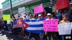 """Los migrantes cubanos pidieron a Donald Trump reconsiderar la decisión de EEUU de poner fin a su política de """"pies secos/pies mojados""""."""