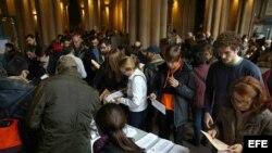 COLAS DE VOTANTES EN COLEGIO ELECTORAL