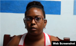 Lizandra Rivera fue maltrada y detenida cuando fotografiaba un decomiso a cuentapropistas en Santiago de Cuba.