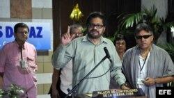 """El segundo jefe de las FARC Luciano Marín (c), alias """"Iván Márquez"""", lee un comunicado junto a Seuxis Paucias (d), alias """"Jesús Santrich"""", y Ricardo González, alías """"Rodrigo Granda"""" el 11. Sep del 2013."""