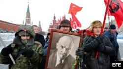"""Celebración del 92 aniversario del fundador del Estado Soviético, Vladimir Ilich Ulianov, """"Lenin"""", cerca de su mausoleo en la plaza Roja de Moscú (21 de enero, 2016)."""