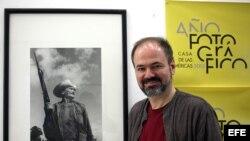Escritor y periodista mexicano Juan Villoro posa junto a una foto del fallecido fotógrafo cubano Raúl Corrales durante entrevista con Efe.